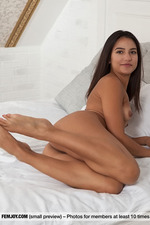 Elsa Is Naked In A Bed-02