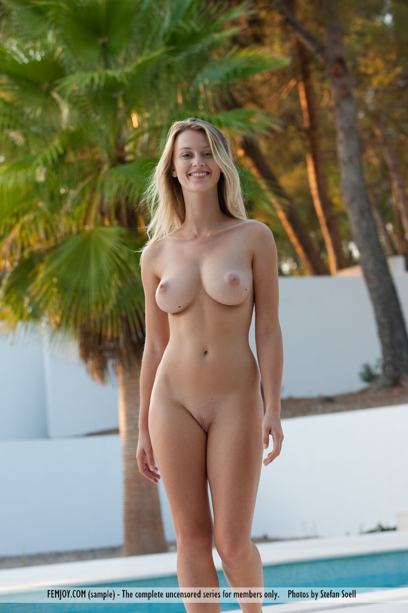 carisha exposed her big boobsthe pool - 14 / 16 | naked neighbour