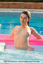 Naked Doria Posing In The Pool-08