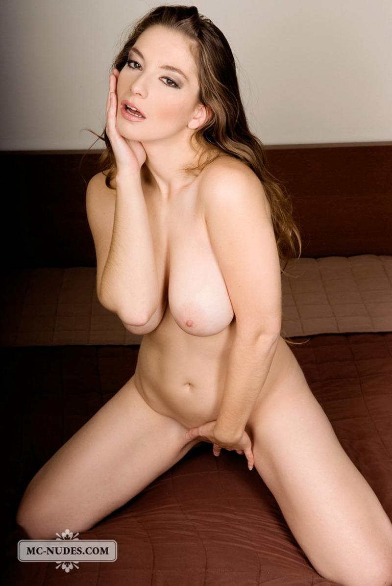 Busty Alisa Looks So Sexy-02