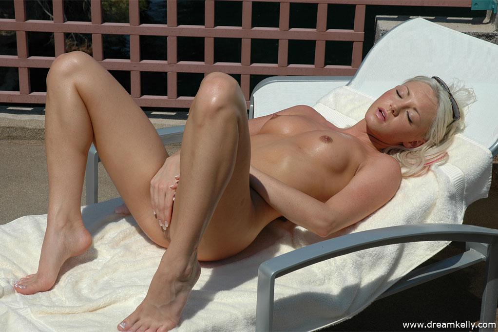 Sunbathing nude Dream Kelly - 12 / 16 | Naked Neighbour