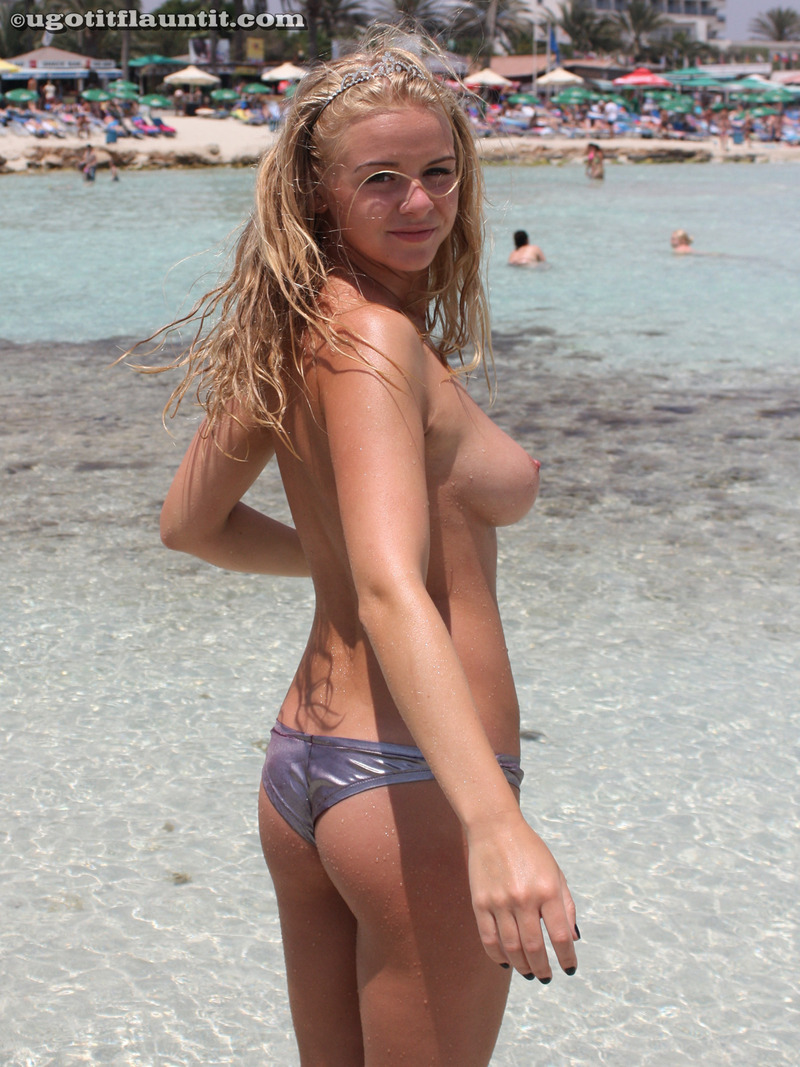 naked beach babe shows her big boobs - free gallery