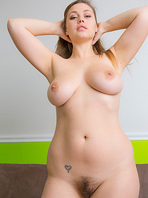 Natural Busty Lillias
