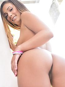 Jaye Summer Gets Naked